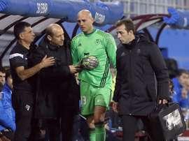 El portero del Osasuna Nauzet Pérez se retiró lesionado en el partido frente al Eibar. EFE