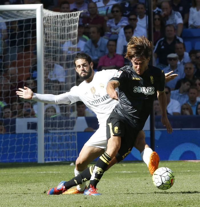 El centrocampista del Real Madrid Isco Alarcón (i) disputa un balón con el centrocampista esloveno del Granada René Krhin. EFE/Archivo