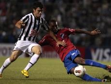 Imagen de archivo del exdefensa del Olimpia paraguayo, Alexis Rolín (d). EFE/Archivo