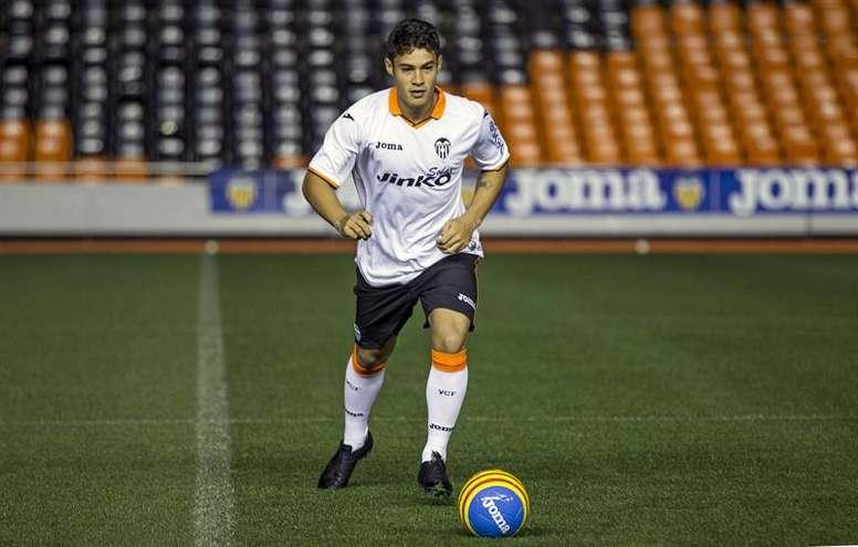 Vinicius firma con el Zaragoza. EFE/Archivo