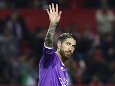 El defensa del Real Madrid Sergio Ramos saluda a la afición al inicio del partido de Liga el pasado domingo en el estadio Ramón Sánchez-Pizjuán. EFE