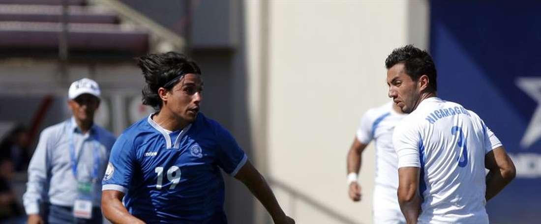 Manuel Rosas (d) de la selección de Nicaragua disputa el balón con Gerson Mayen (i) de El Salvador durante su partido de la Copa Centroamericana de Fútbol en Ciudad de Panamá. EFE