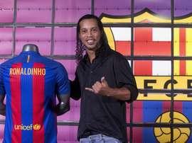 El exjugador del FC Barcelona Ronaldinho, posa hoy para los medios de comunicación, durante su presentación como nuevo embajador del FC Barcelona, para el que hará funciones de representación en actos oficiales. EFE