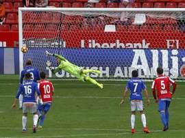 La victoria del Alavés en casa del Sporting encabeza las sorpresas del día. EFE