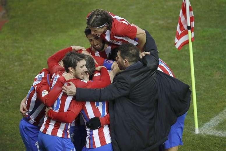 Los jugadores del Atlético de Madrid celebran con su entrenador, Diego Simeone (d), el tercer gol an