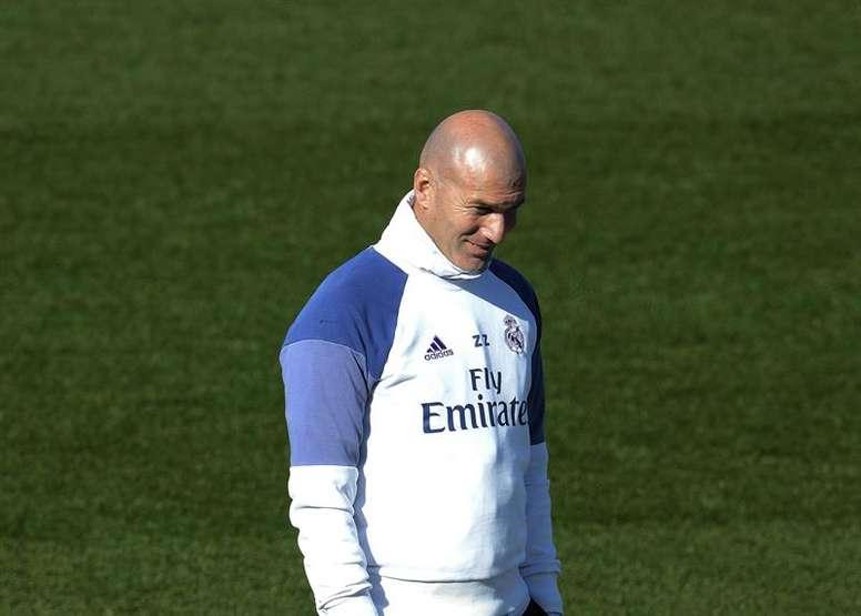 Real Madrid coach Zinedine Zidane holding his hand down. EFE