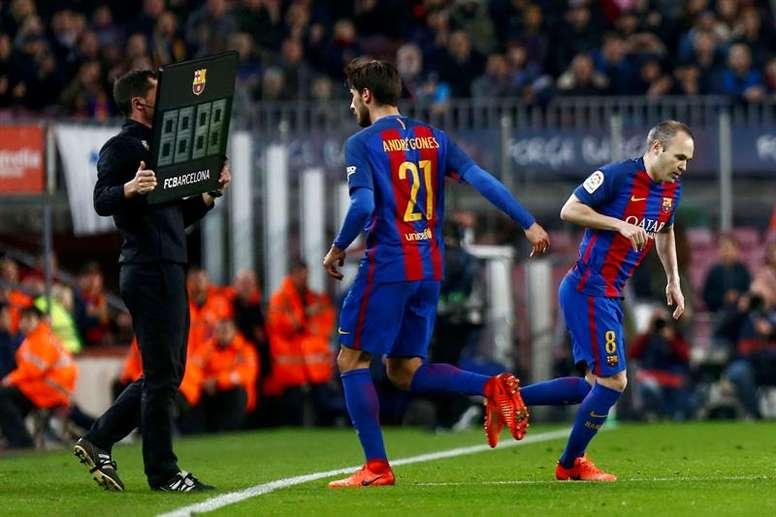 Le milieu de terrain André Gomes et remplacé par Iniesta, lors d'un match de Liga. EFE