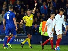 Nasri não aceita expulsão no jogo frente ao Leicester. EFE