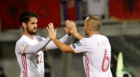 Les deux milieux de terrain de la sélection espagnole, Isco et Iniesta, lors d'un match. AFP