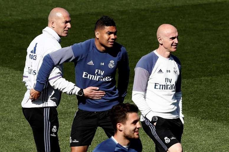 Com o retorno de Casemiro, Real Madrid viajou rumo à Itália nesta terça-feira. EFE