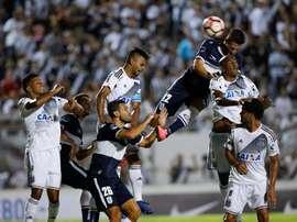 Giminasia La Plata se llevó el partido por la mínima ante Colón. EFE/Archivo