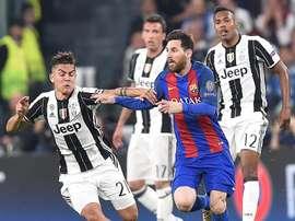 Dybala et Messi disputent un ballon en quarts de finale de Ligue des champions. EFE
