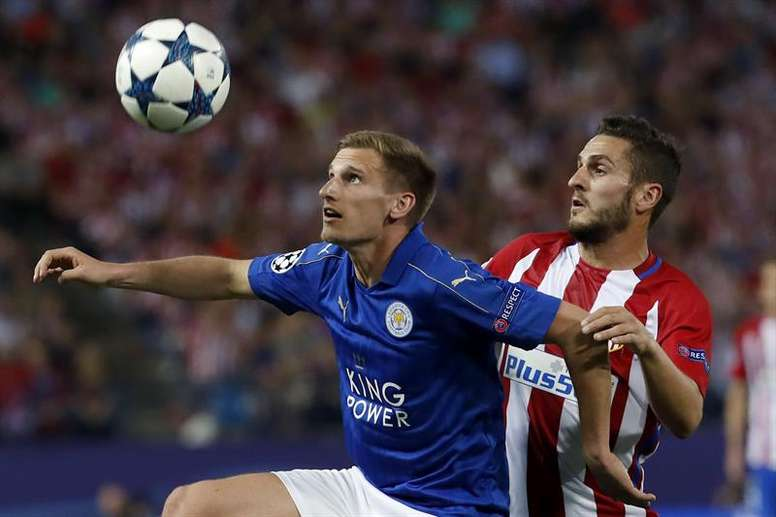Albrighton battles with Koke. EFE