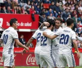 Les joueurs du Real Madrid célébrant le but d'Isco durant le match contre le Sporting. EFE