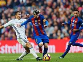 Messi e Ronaldo fazem, sem surpresa, parte da equipe ideal de 2016/17. EFE