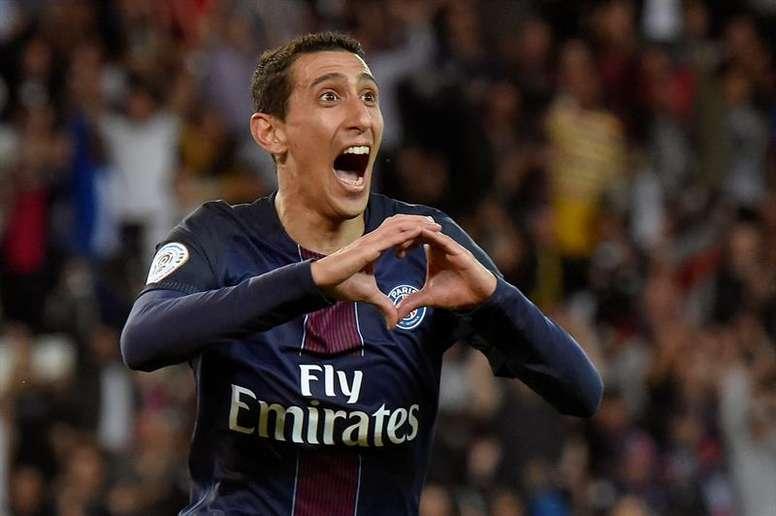 Di María le manda corazones al Barça. EFE
