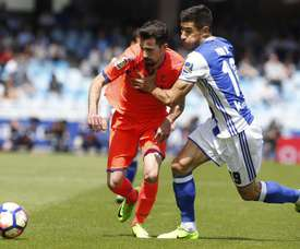 L'attaquant de Grenade, Cuenca à la lutte avec Berchiche, de la Real Sociedad, en match de Liga. EFE