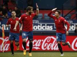 Le joueur d'Osasuna Steven célèbre son but face au Deportivo avec son coéquipier Tienza. EFE