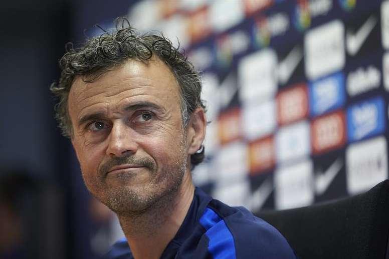 El técnico asturiano se rindió a los pies del brasileño. EFE