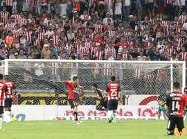 Chivas no pudo romper el orden defensivo de Atlas. EFE
