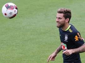 En la imagen un registro del centrocampista brasileño Lucas Lima, quien salió por lesión de la lista de convocados del equipo nacional de fútbol de su país para afrontar dos partidos amistosos. EFE/Archivo