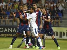 Hasta seis jugadores buscan su oportunidad en el once titular del Huesca. EFE/Archivo