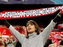 Une supportrice du Séville FC chante l'hymne du club andalou avant un match. EFE