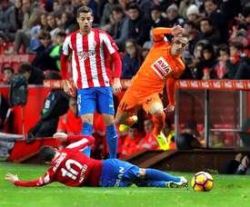 El centrocampista del Sporting, Nacho Cases (i), lucha el balón durante un partido. EFE/Archivo