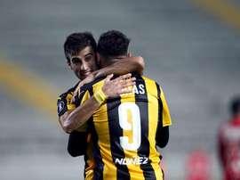 Peñarol y Nacional comandan con 13 puntos los Grupos A y B, respectivamente. EFE