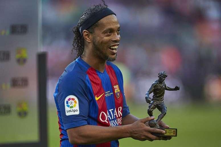 Ronaldinho seguirá ayudando al Barcelona. EFE