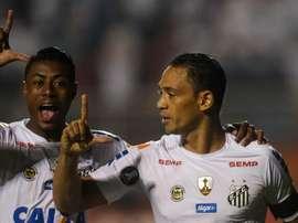 El jugador Ricardo Oliveira (d) de Santos, celebra con su compañero Bruno Henrique un gol. EFE/Archivo