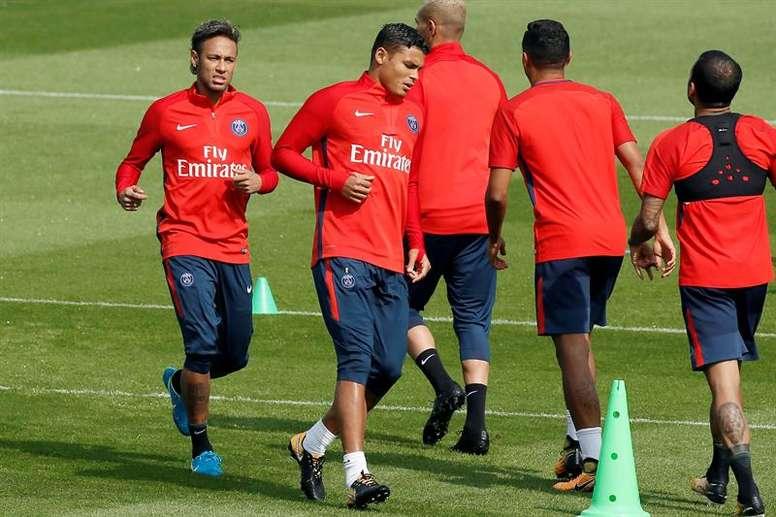 Clubes franceses terão de seguir protocolo médico rigoroso na volta dos treinos. EFE