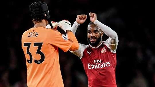 Arsenal's goalkeeper Petr Cech and Alexandre Lacazette. EFE