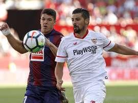 O Sevilla recebeu e venceu o Eibar, por três bolas a zero. EFE