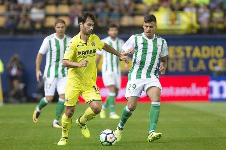 Juanjo Narváez (d) pertenece al Betis y jugó cedido en el Almería este curso. EFE/Archivo