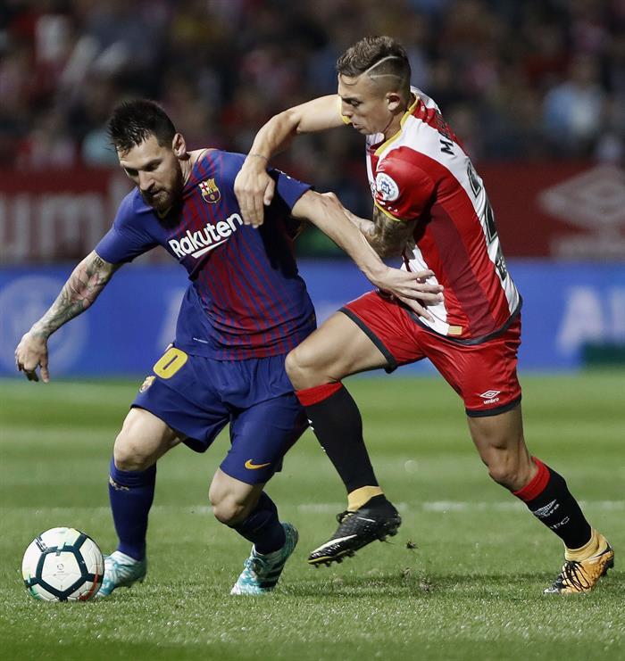 Messi et Maffeo lors du match entre Gérone et Barça. EFE