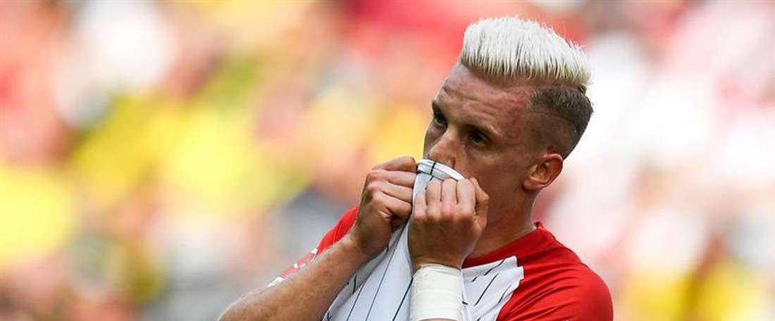 O lateral do Augsburgo é quem mais gols oferece na liga alemã. EFE/EPA