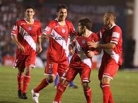 Argentinos Juniors venció por 2-0 a Racing. EFE