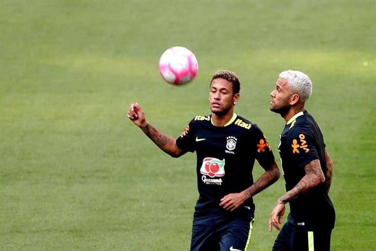 Dani Alves revelou conversa com Neymar. AFP