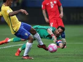 O capitão do Chile foi impotente perante três dos disparos dos brasileiros. EFE