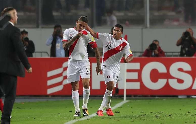 El pequeño delantero peruano podría llegar a La Liga. EFE