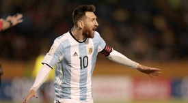 Scaloni se rindió a Messi después de que le dieran el 'The Best'. EFE