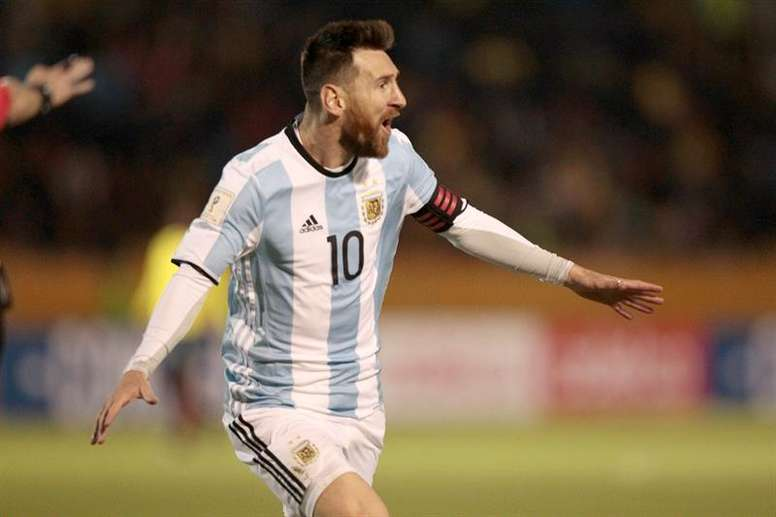 Scaloni se rindió a Messi después de que le dieran el 'The Best'. EFE