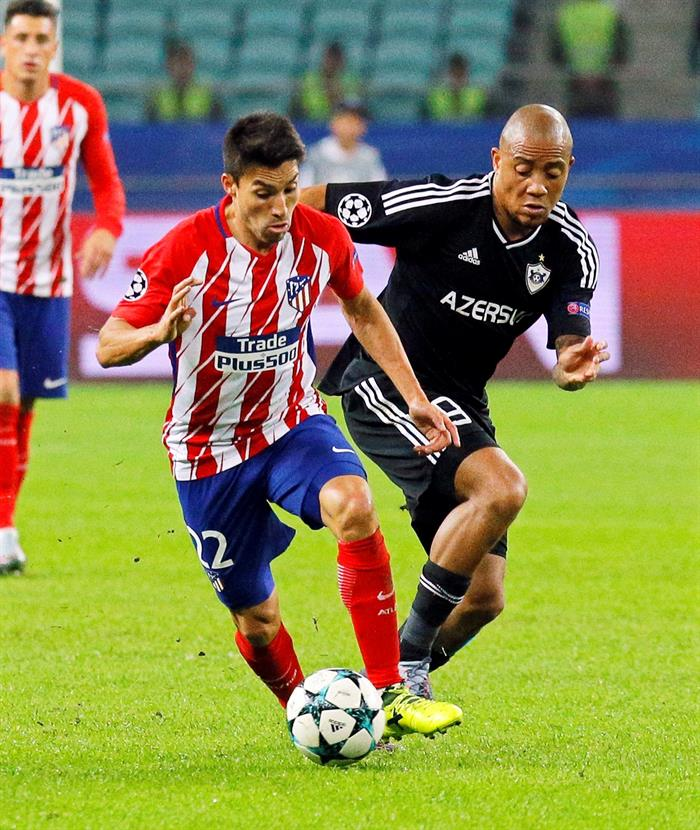 Dino Ndlovu chases Gaitan in the CL clash with Atletico. EFE