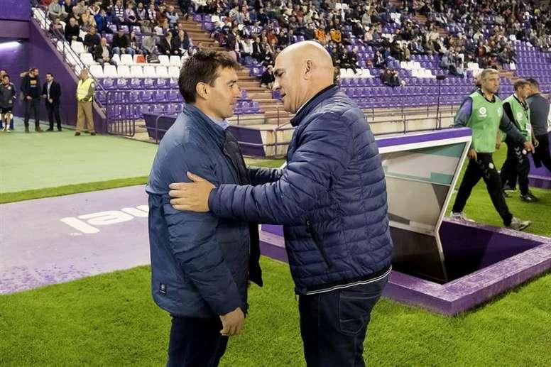 Luis César (d) podría ser cesado del Valladolid si pierde el próximo encuentro. EFE