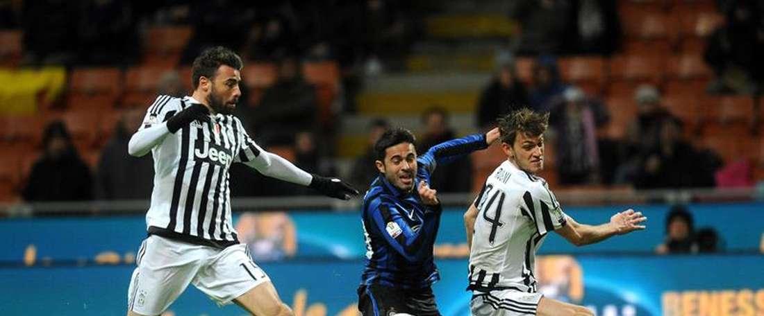 Milan quer reforçar sua defesa com Daniele Rugani e Merih Demiral. EFE