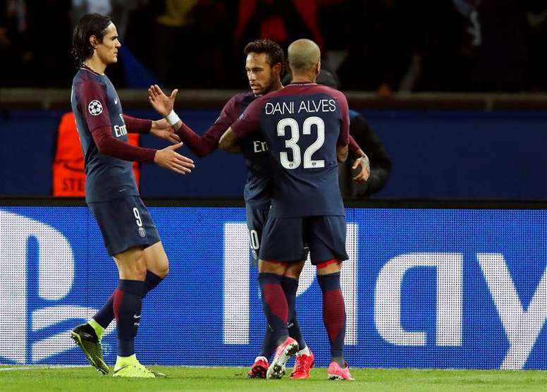 Neymar and Dani Alves are two of PSG's biggest characters. EFE/Archive