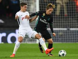 Winks battles against Luka Modric in the Champions League. EFE