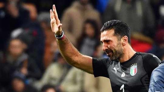 La imagen de Buffon envuelto en lágrimas tras la eliminación es historia del fútbol. EFE
