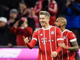 'Lewa' bisou e ajudou o Bayern Munique a bater o Augsburg. AFP
